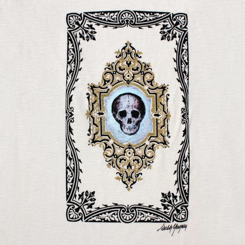 T-shirt blanc imprimé en Belgique Bruxelles, Michèle Grosjean artiste belge, «Vanité», 2016, acrylique sur reliure ancienne