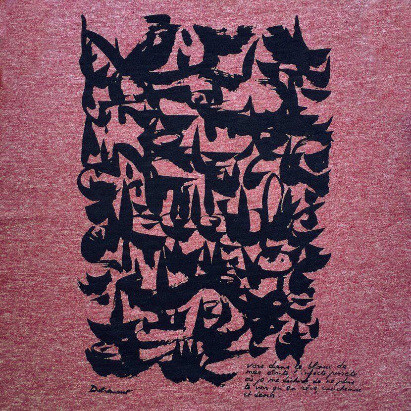 Détail du t-shirt femme rose framboise chiné imprimé en Belgique inspiré de Dotremont