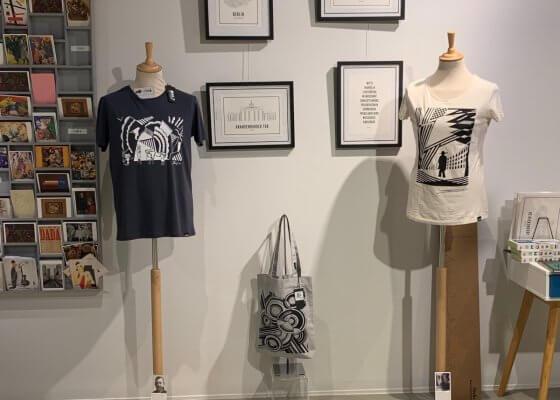T-shirts arteeshow à la boutique du musée